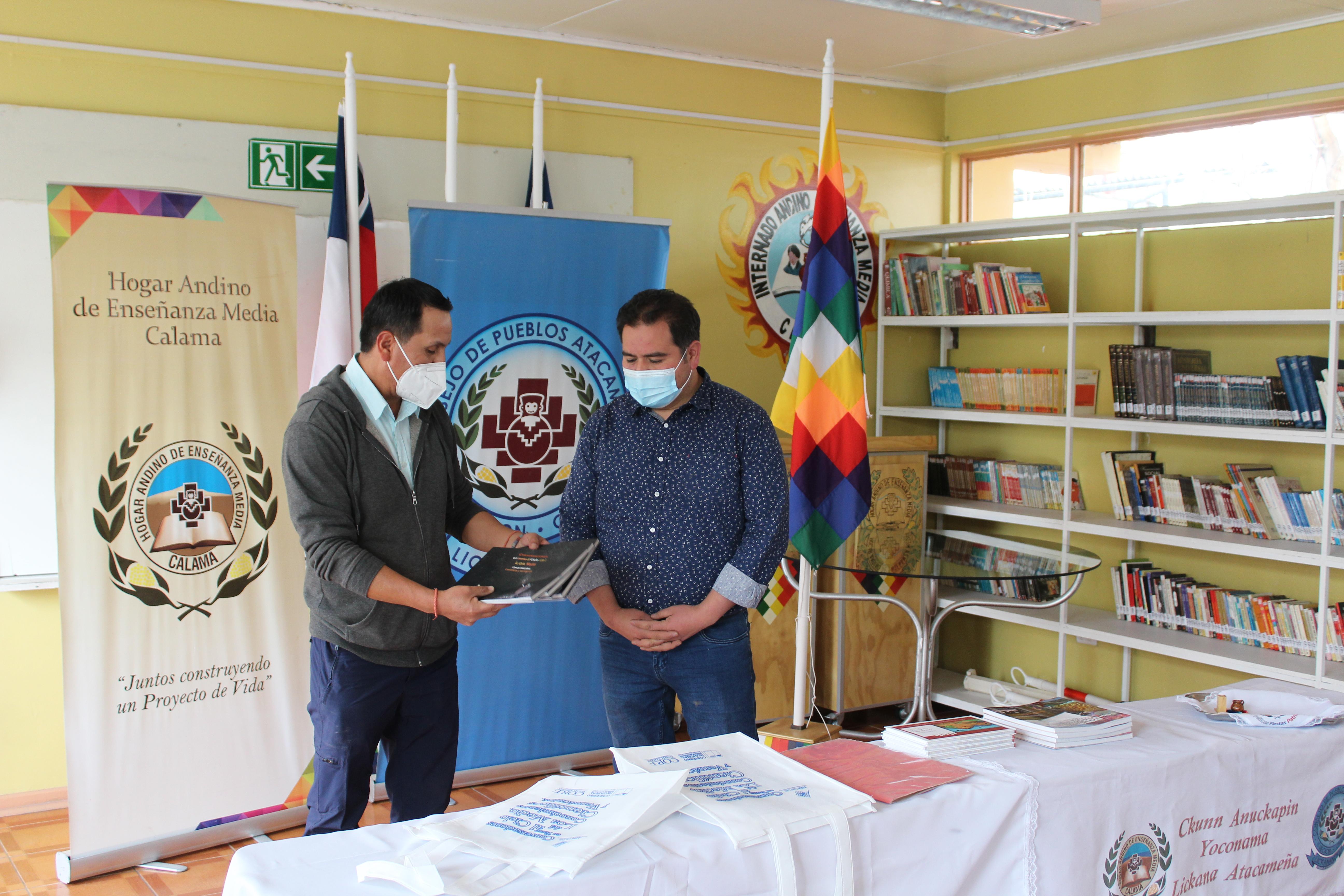Asociación AIRA Lay Lay dona libro que rescata la cosmovisión Lican Antay al Hogar Andino de Calama