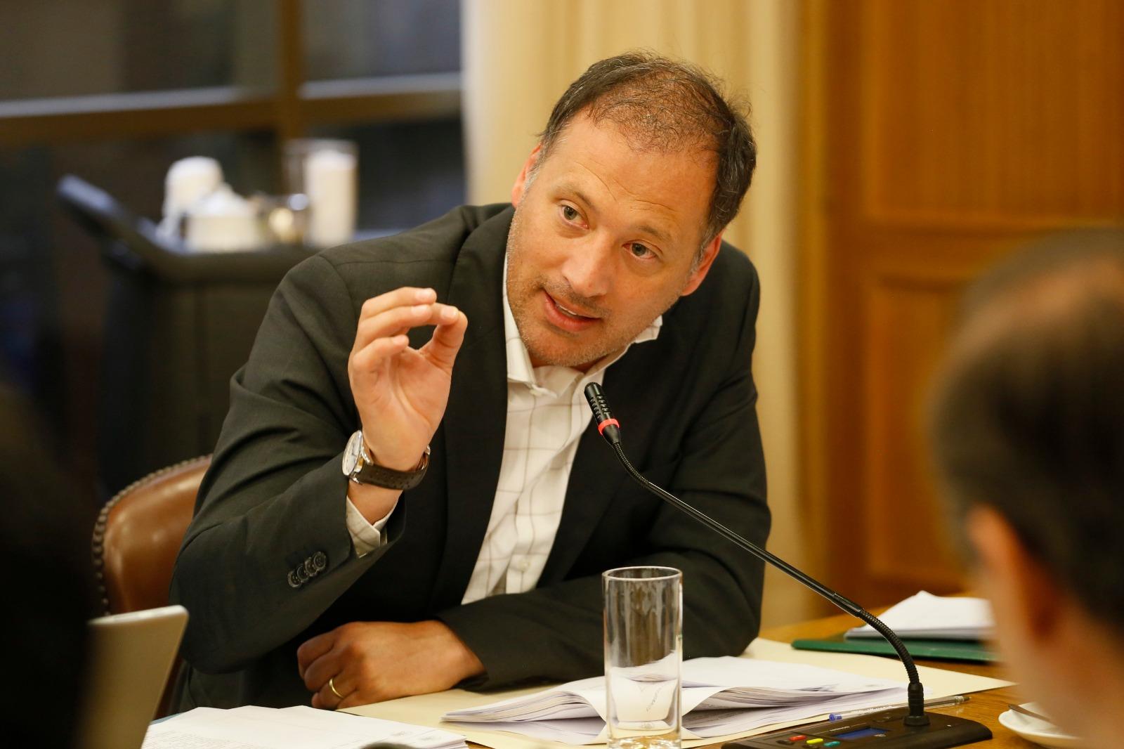 Diputado José Miguel Castro (RN) desestima cuestionamientos a vacunas que llegarán a Chile