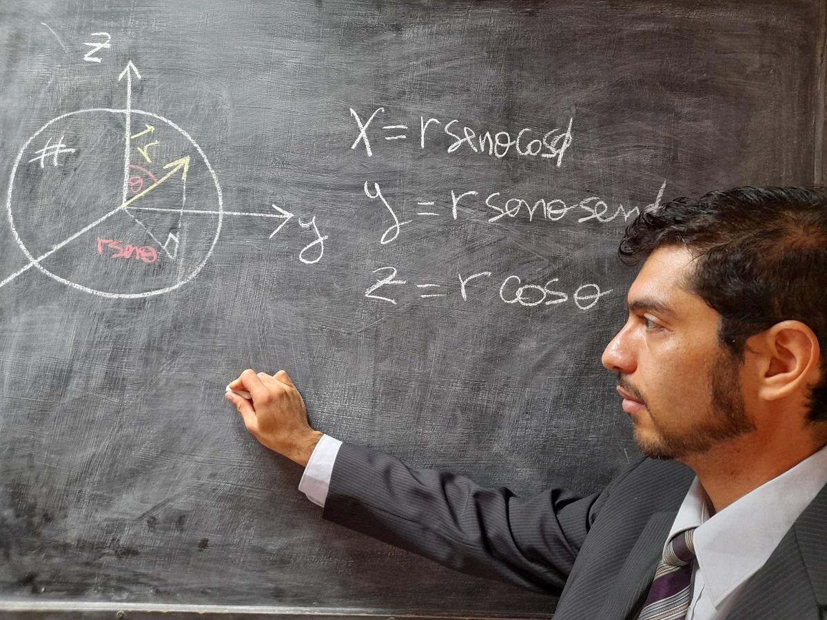 Presentan al primer doctor en Física formado en un programa acreditado del norte de Chile
