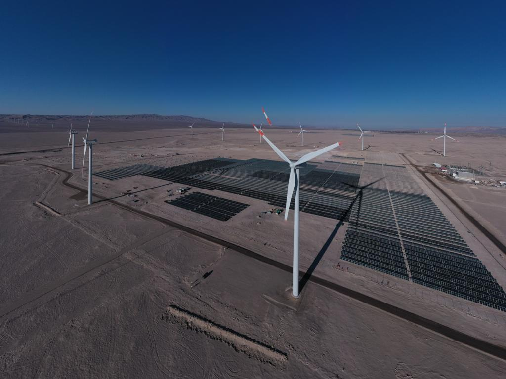 Biministro de Energía y Minería visitó innovadora planta híbrida eólica y solar