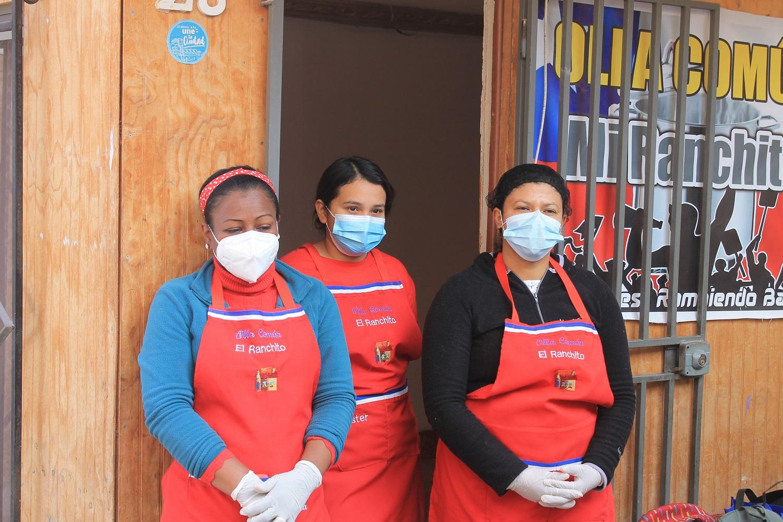 Donan equipamiento de cocina a olla común del sector Los Arenales