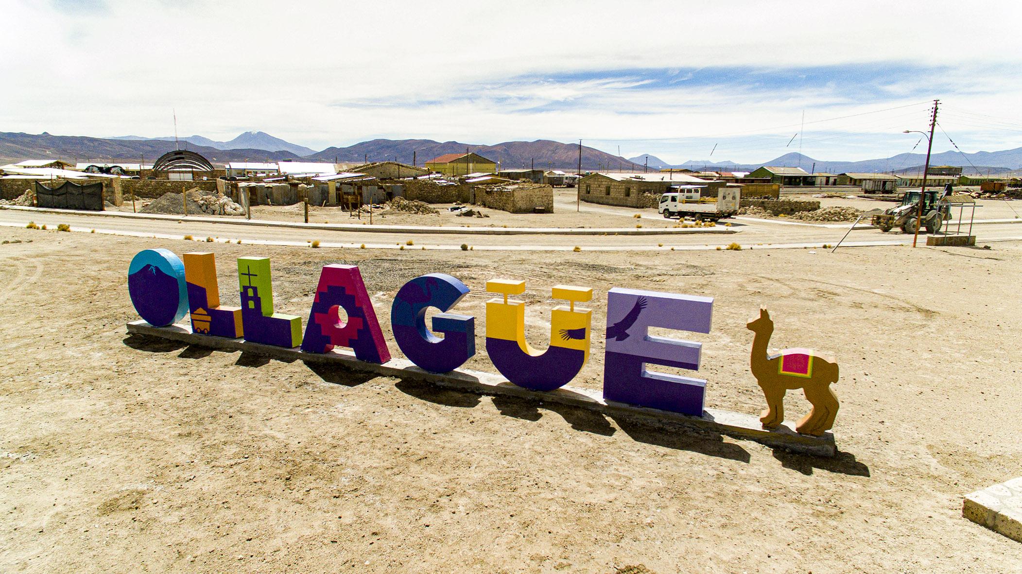 Comuna fronteriza de Ollagüe da la bienvenida a sus visitantes   luciendo coloridas letras volumétricas